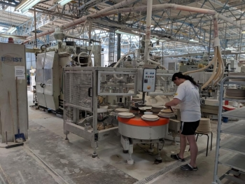 Porzellanreisen-Thun-Arbeiter-an-Pressanlage-1024x768