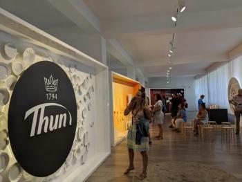 Porzellanreisen-Thun-Blick-auf-Besucher
