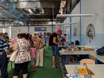 Porzellanreisen-Thun-Dekoranbringung-druch-Besucher