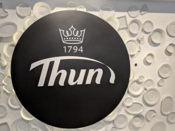 Porzellanreisen-Thun-Logo-mit-Porzellan-im-Hintergrund