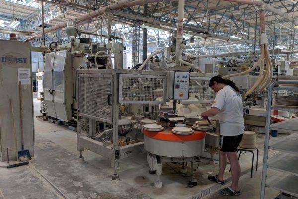 Porzellanreisen Thun Arbeiter an Pressanlage