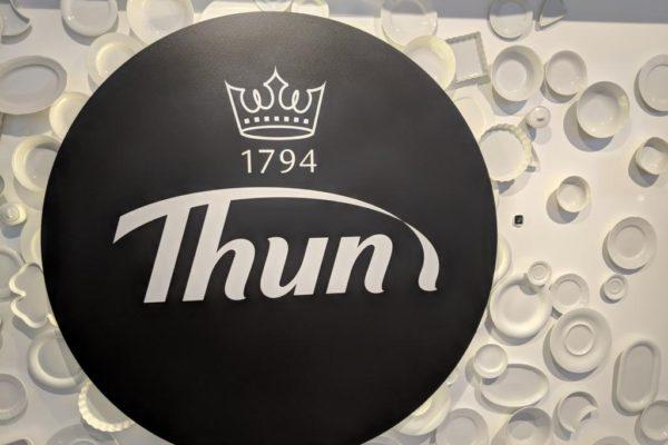 Porzellanreisen Thun Logo mit Porzellan im Hintergrund
